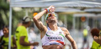 Triathlon-a-deux-saint-yorre-boire-hydratation-eau-sourire-verre-d'eau